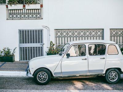 Parkender Kleinwagen